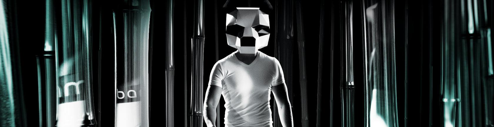 Man in wit t-shirt met een pandamasker op