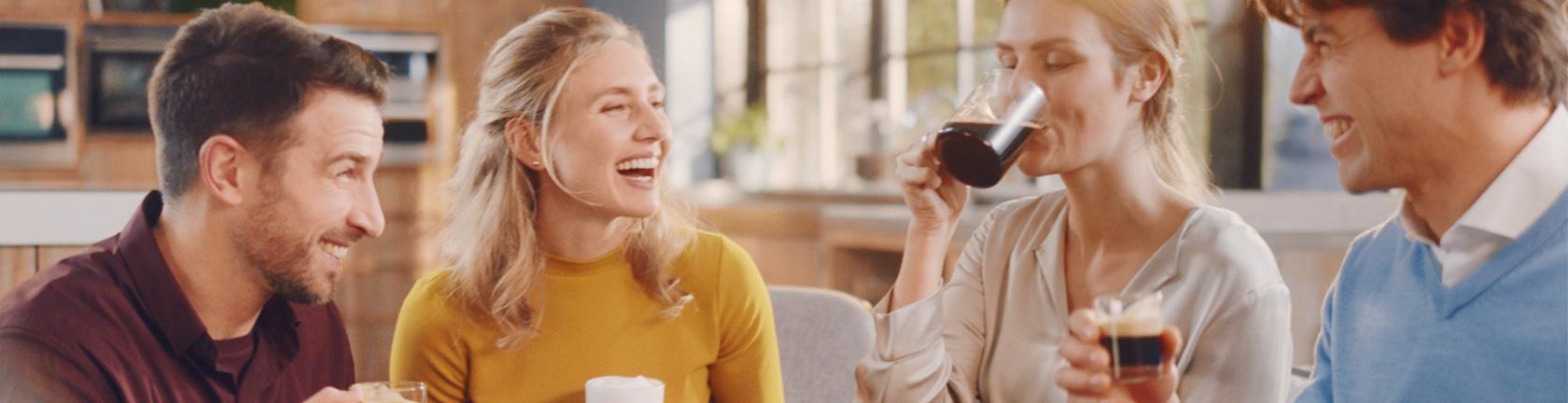 2 mannen en 2 vrouwen, drinken koffie, lachen en genieten